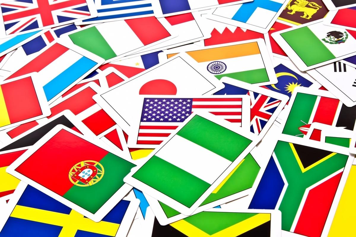 散らばった国旗カードのフリー画像(写真)
