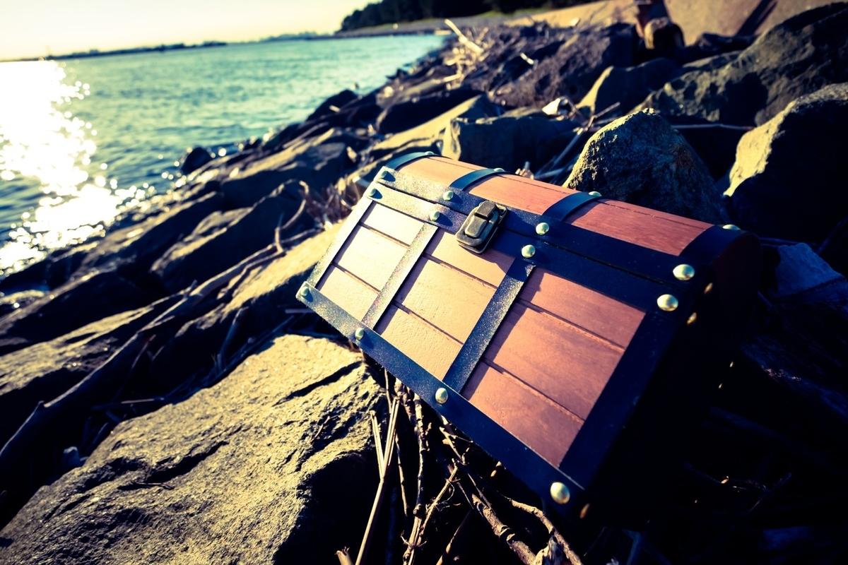海岸で拾った宝箱のフリー画像(写真)