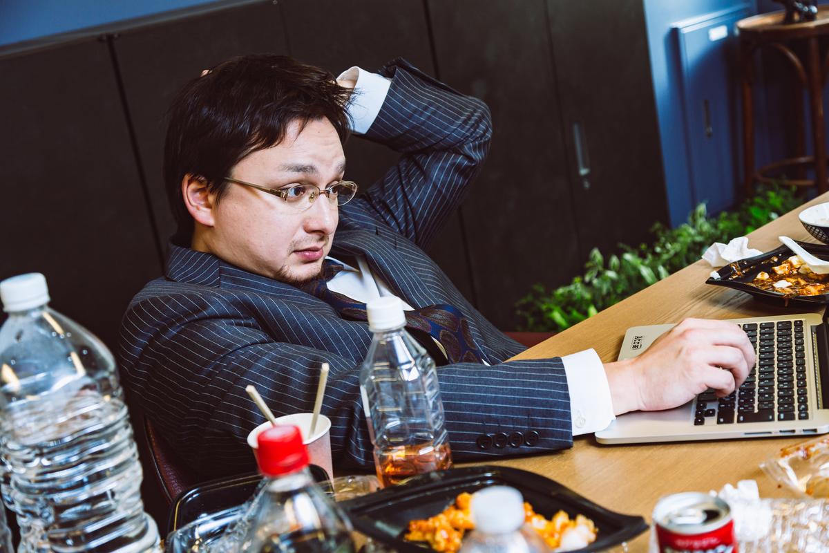 大型連休も会社に泊まって業務中のフリー画像(写真)