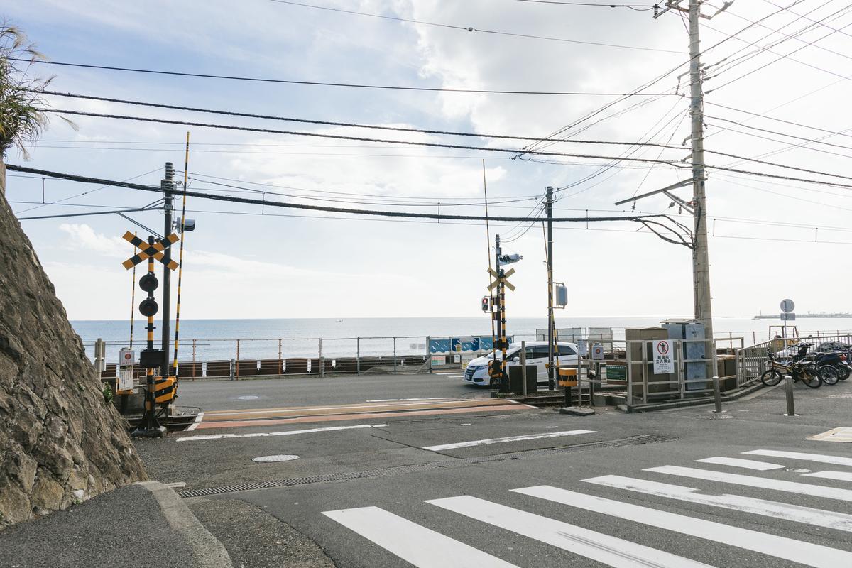 アニメのOPで有名になった鎌倉高校前駅の踏切のフリー画像(写真)
