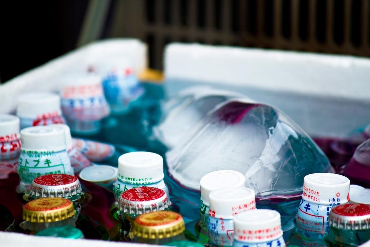 氷で冷やされるラムネのフリー画像(写真)