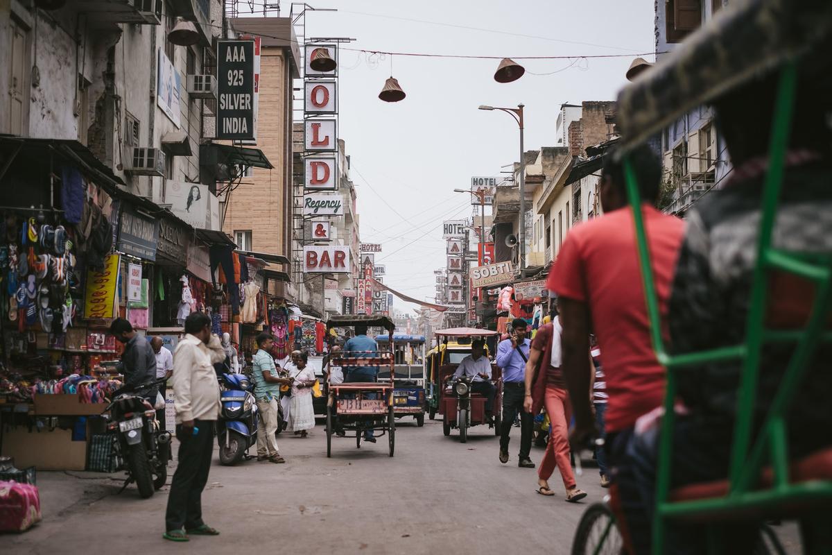 三輪自転車が往来する商店街(インド・ニューデリー)のフリー画像(写真)