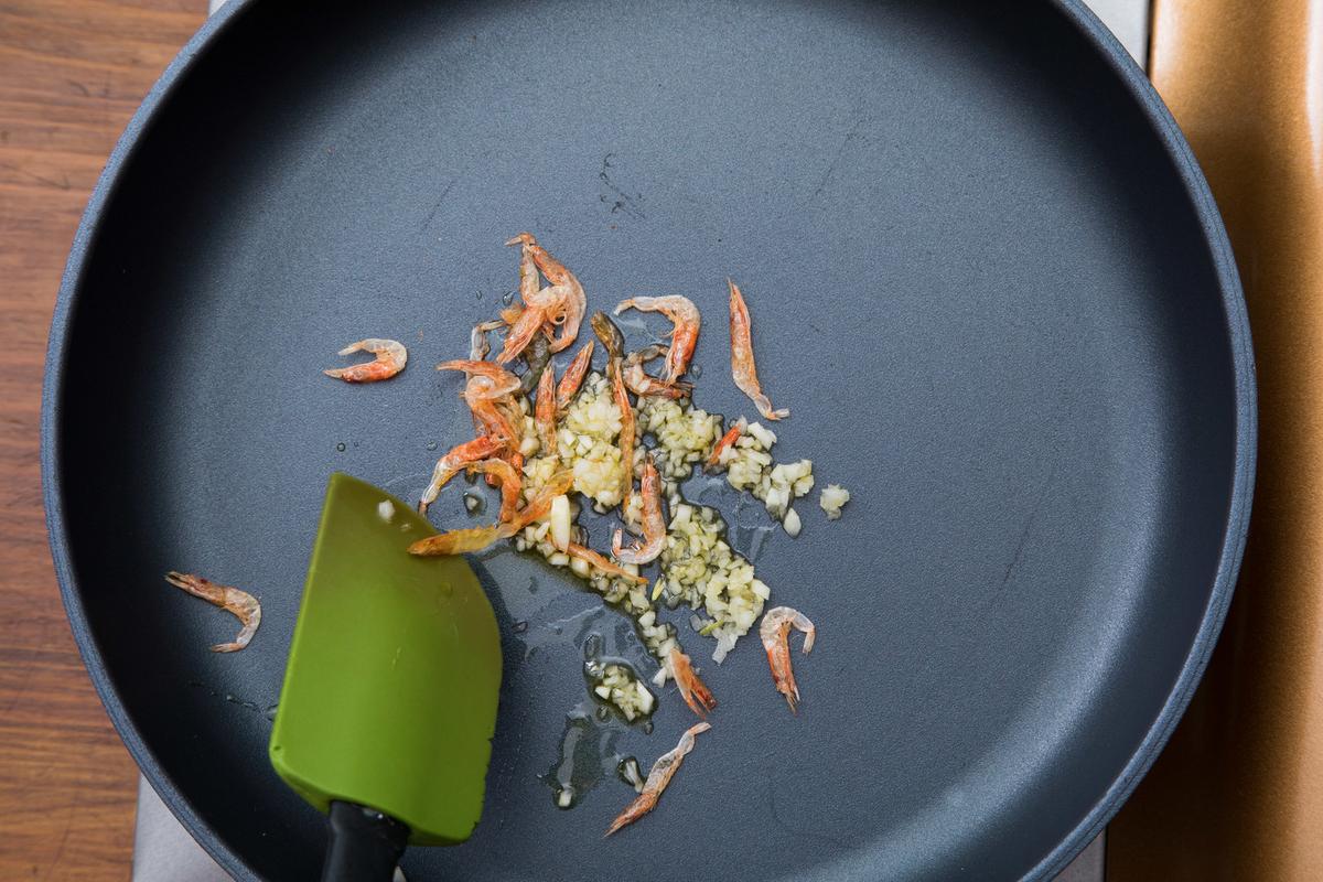 フライパンにオリーブ油、にんにく、桜エビを入れて炒めるのフリー画像(写真)
