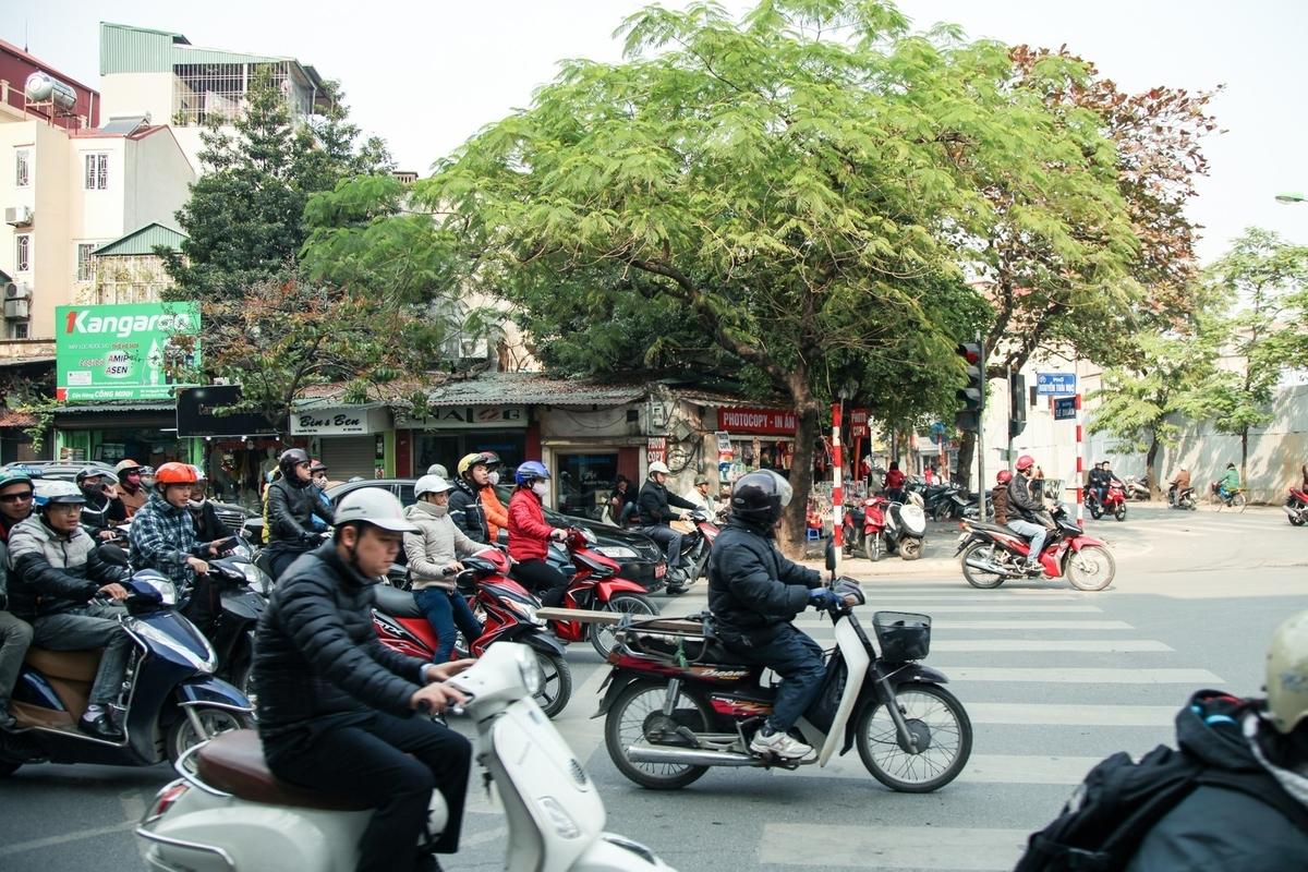 ハノイ市街のバイク風景のフリー画像(写真)