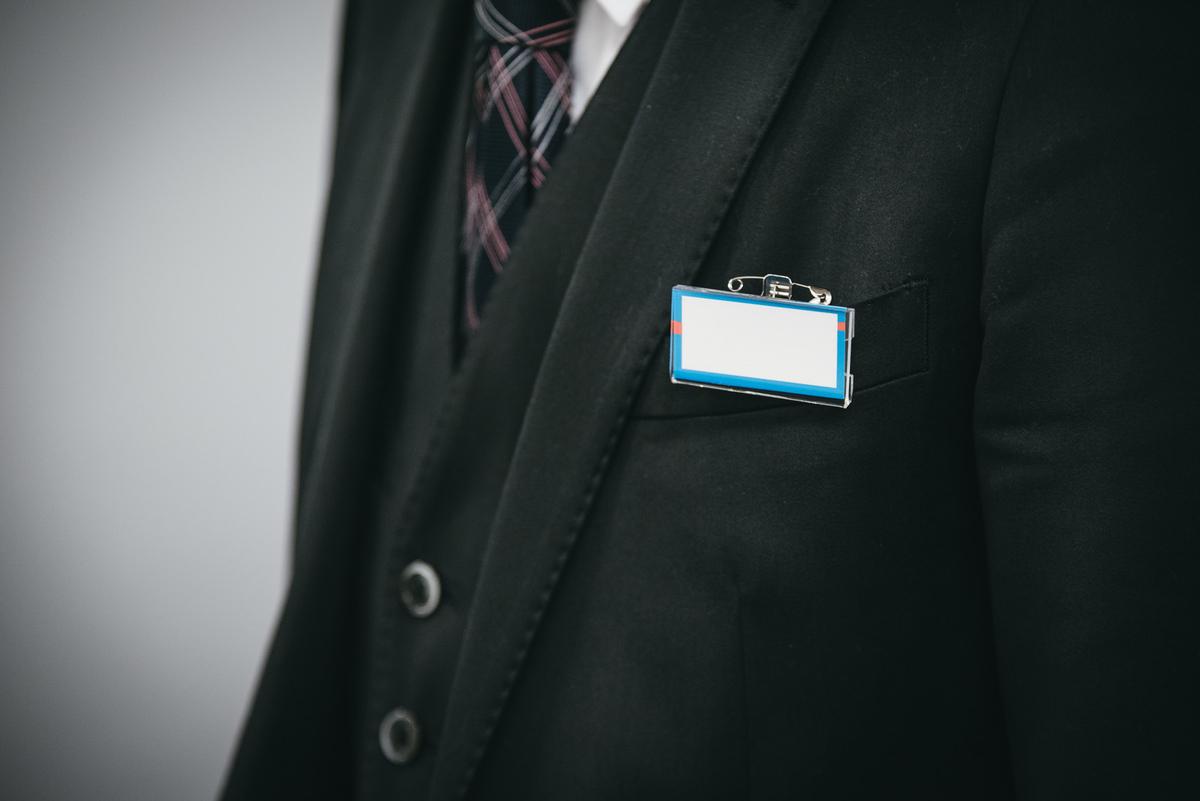 スーツにネームカードをつけるのフリー素材(写真)