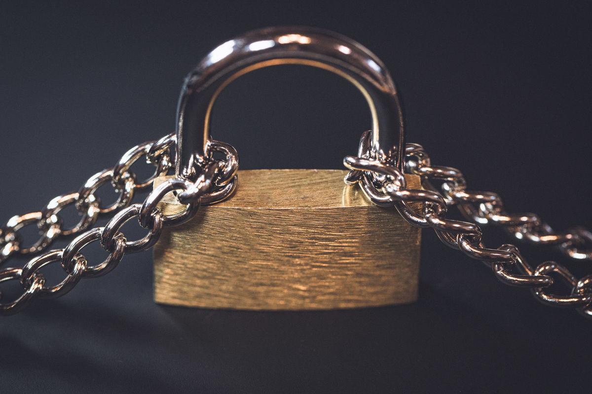 2本の鎖で繋がれた南京錠