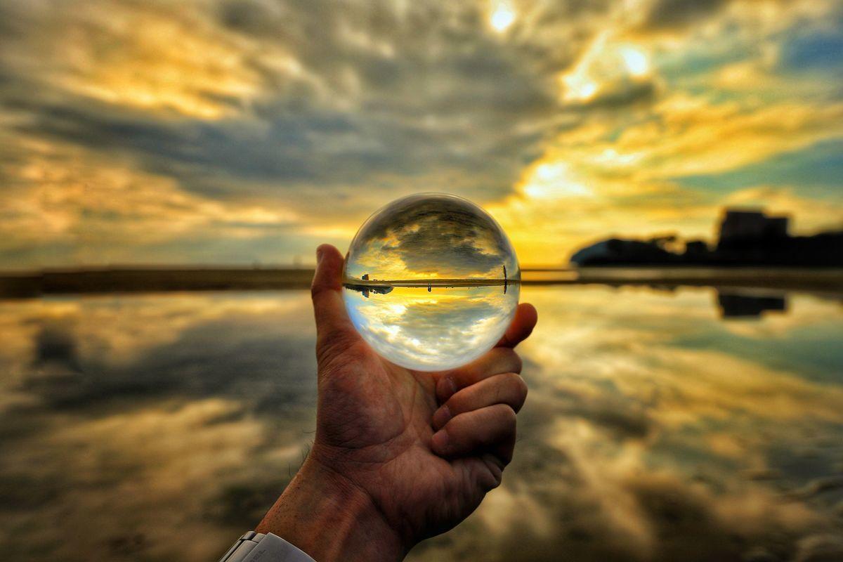ガラス玉の中の夕焼けと浜辺