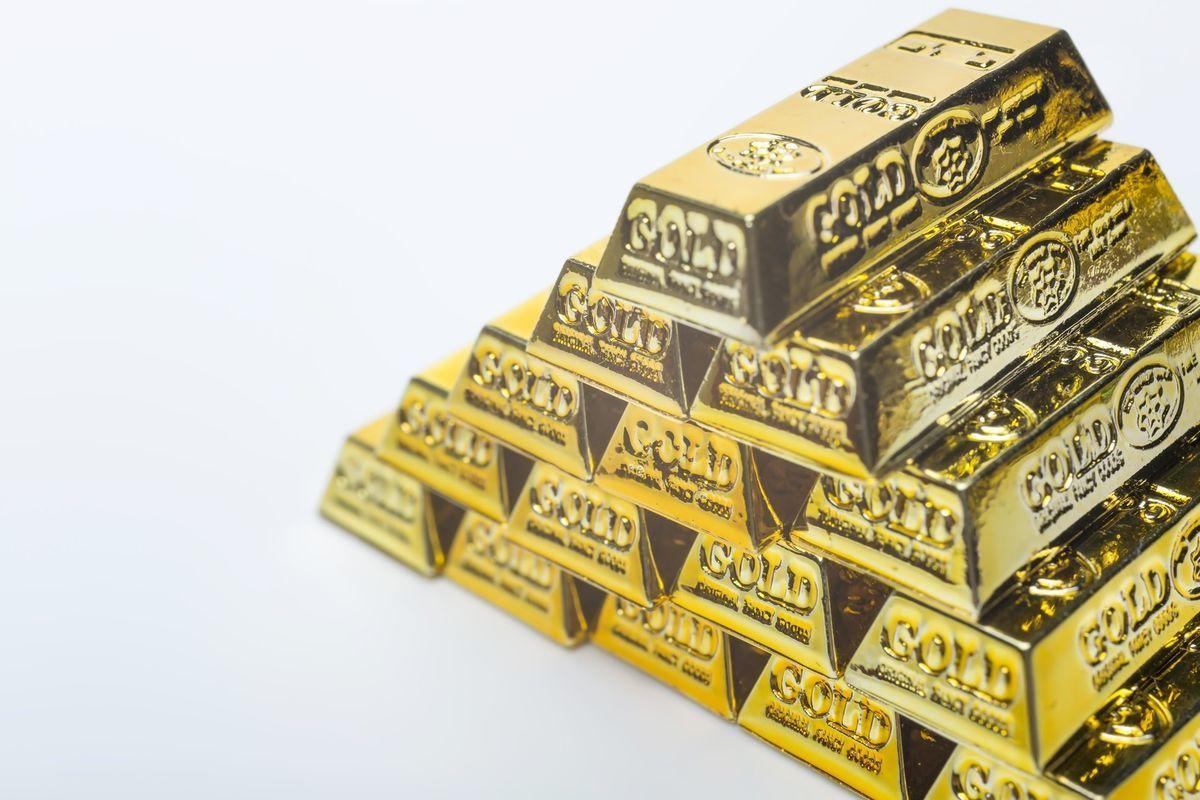 ピラミッドの金塊の写真素材