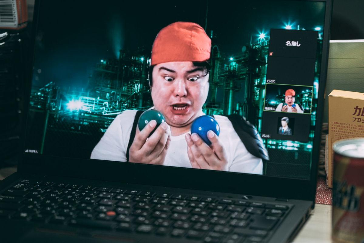 7つ揃えると願いが叶う球を2つ見つけるも片方は偽物とビデオ通話で知らされる少年の写真素材