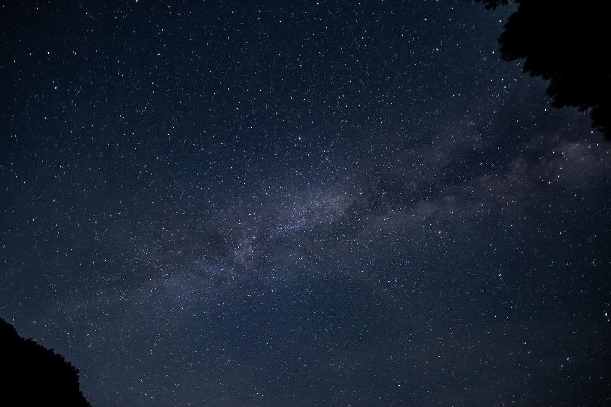 夜空に浮かび上がる天の川の写真素材