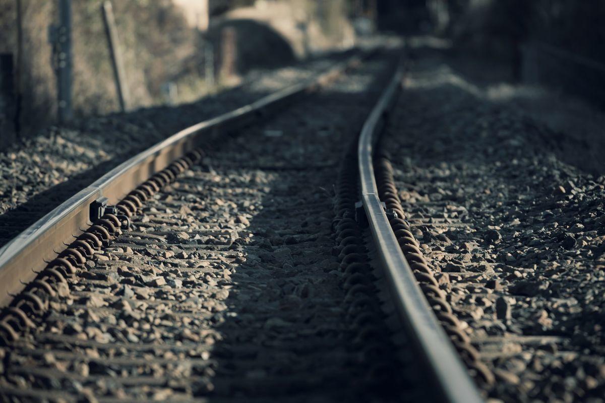 カーブした線路の写真素材