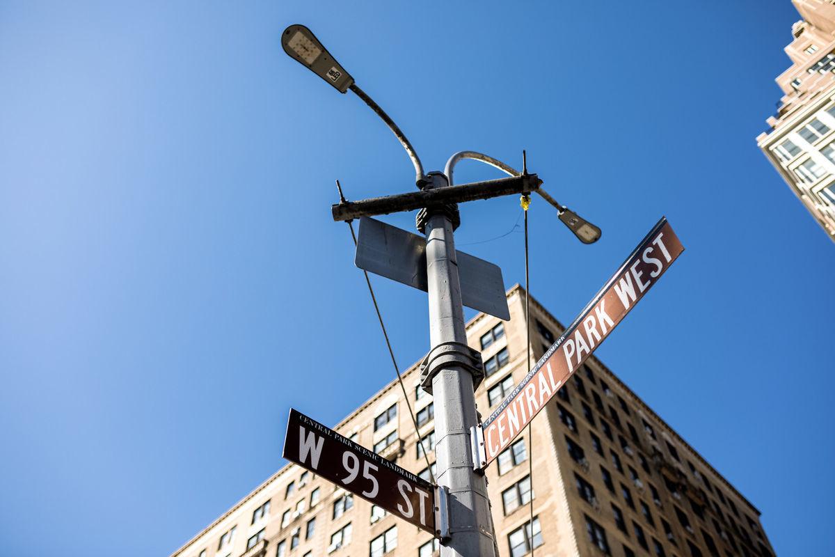 ニューヨークの空と指導標の写真素材