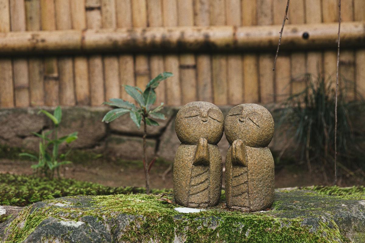 竹垣の前の石の上にいらっしゃるかわいらしいお地蔵様(詩仙堂)の写真素材 ©zubotty
