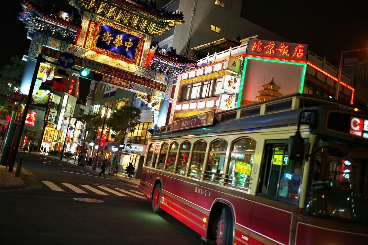 横浜中華街と横浜の名物バス「あかいくつ」の写真素材