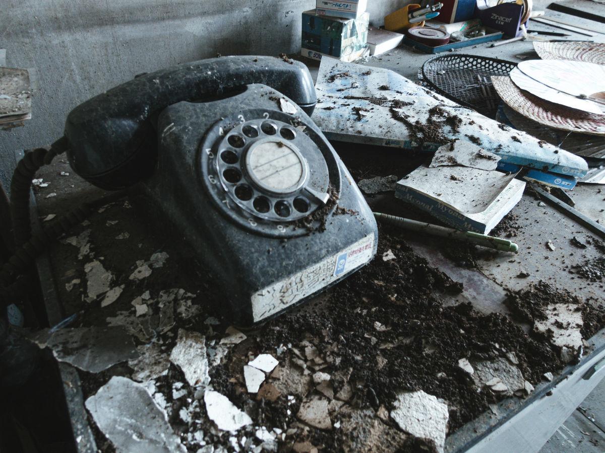 埃を被った黒電話の写真素材