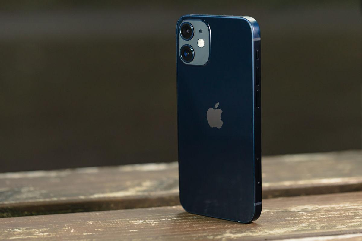 自立した iPhone 12の写真素材