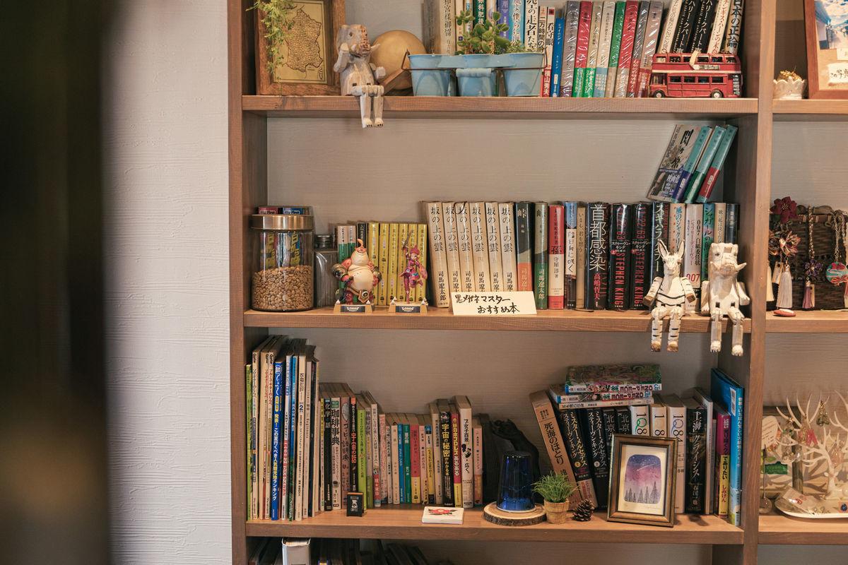 カフェの本棚の写真素材