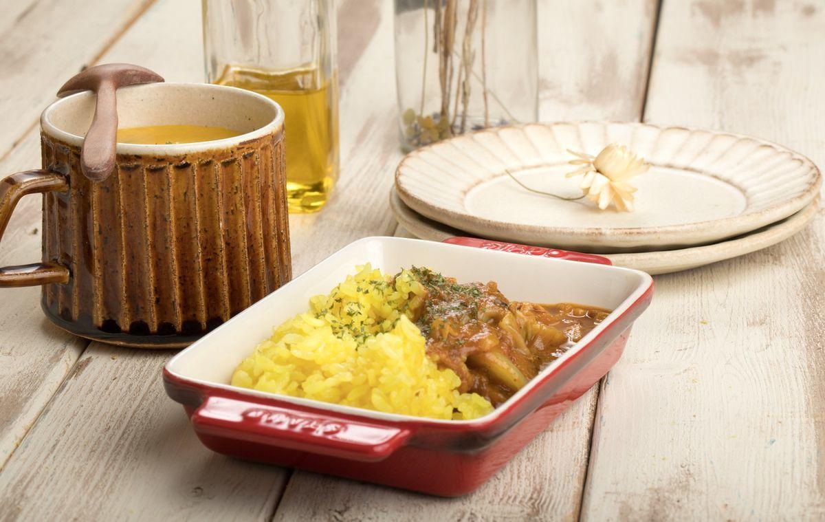 カレーとポタージュの夕食の写真素材