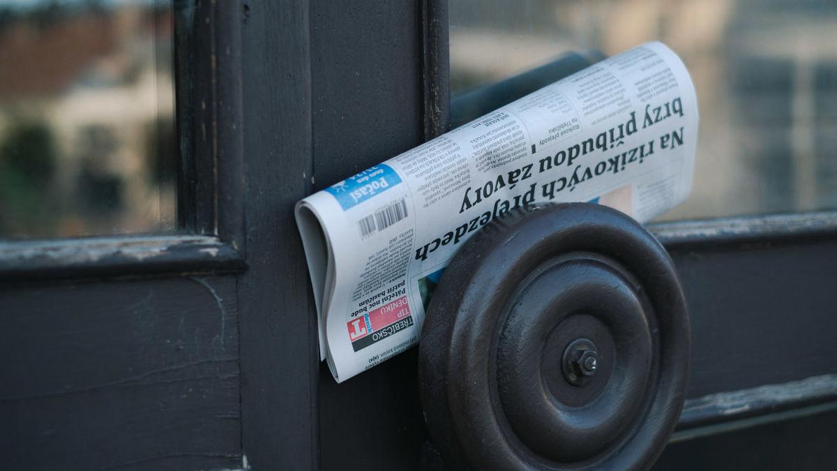取っ手に配達された新聞紙の写真素材
