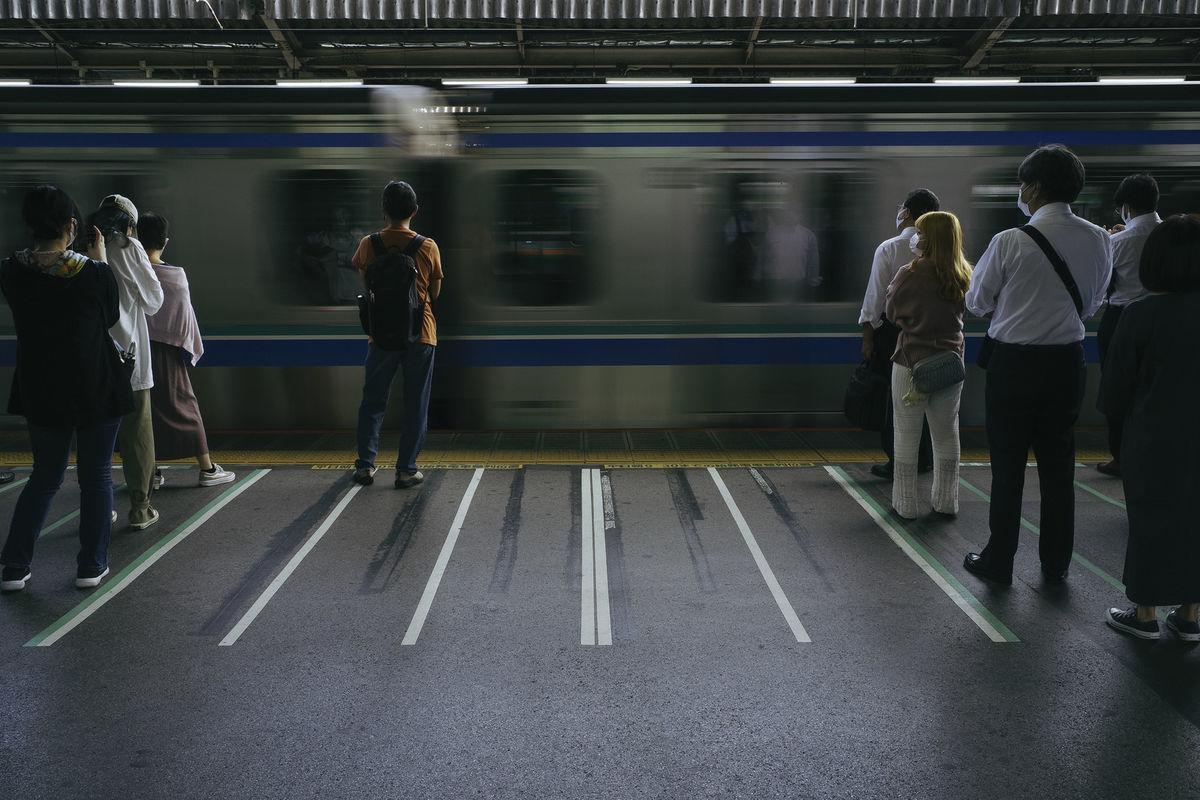 通勤電車を待つ人々の写真素材