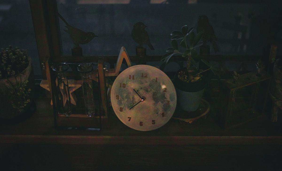 暗闇の中の時計の写真素材
