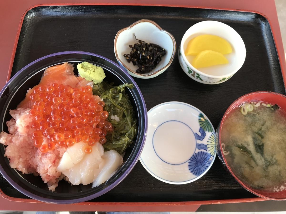 西津軽郡深浦町、千畳敷センターの海鮮丼