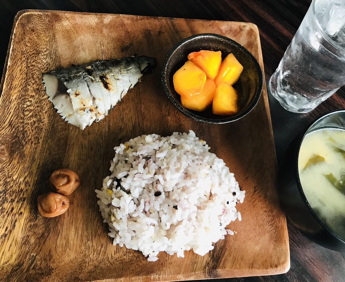朝食、しめ鯖と雑穀米のワンプレート