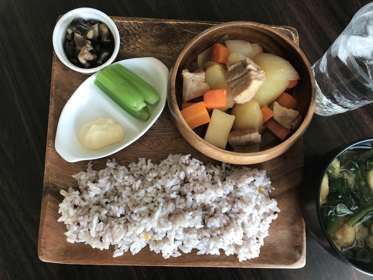 おうちごはん、肉じゃがと雑穀米のワンプレート
