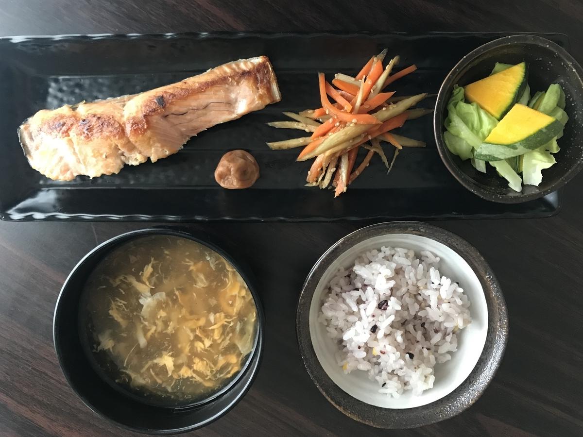 おうちごはん、焼鮭と雑穀米の和プレート