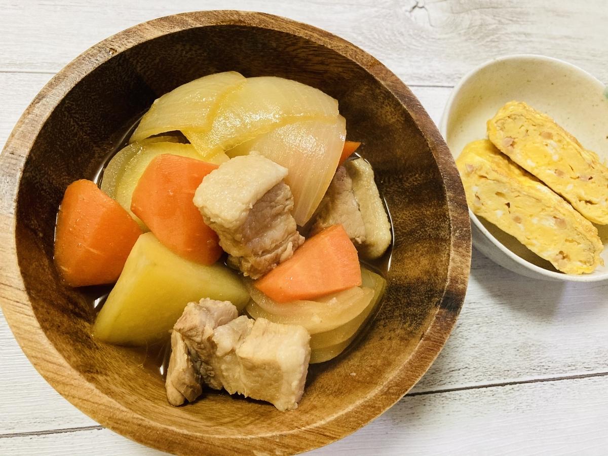 手作りの肉じゃがと紅生姜の卵焼き