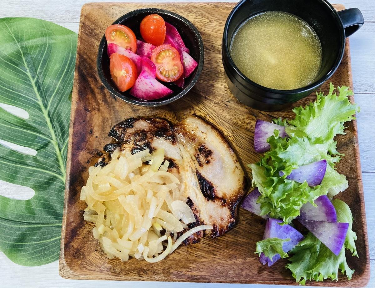 オイシックス、玉ねぎソースの塩麹豚ロースト