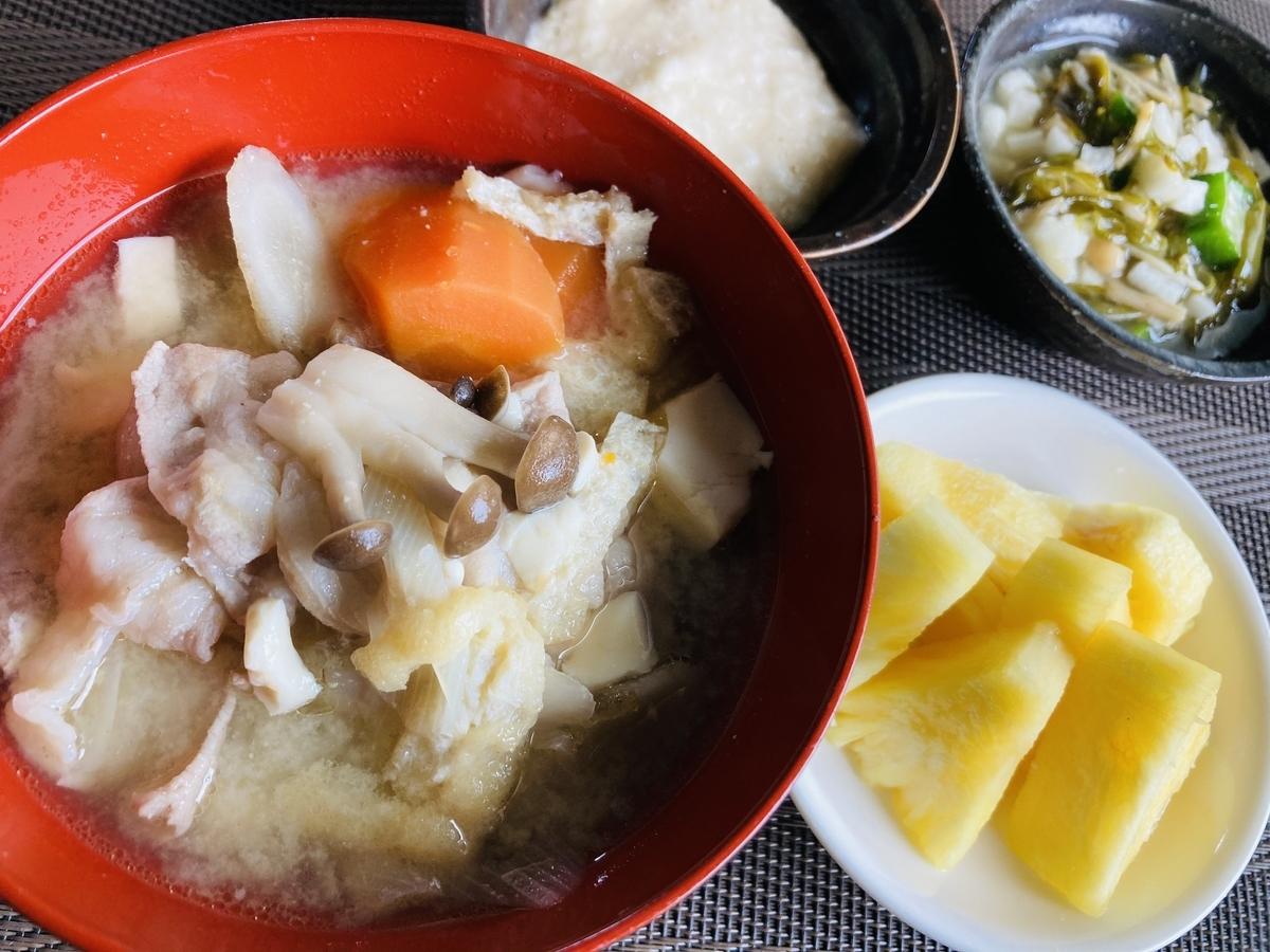 豚汁と台湾パイナップル