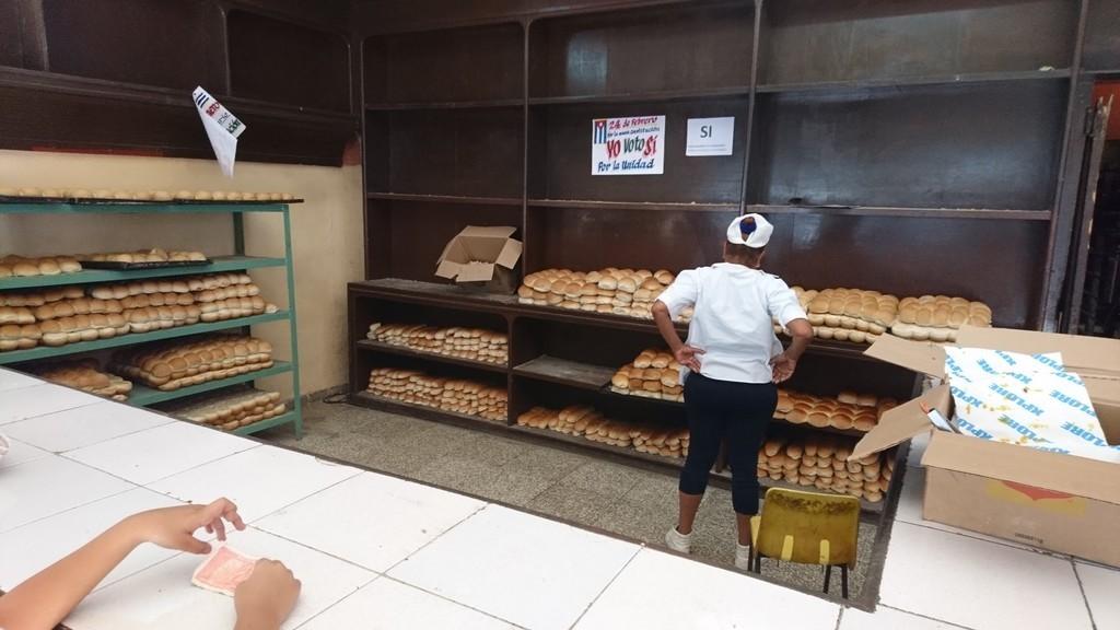 町のパン配給所。同じ丸パンが果てしなく並ぶ。