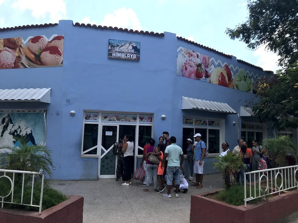 ハバナのアイス屋も行列