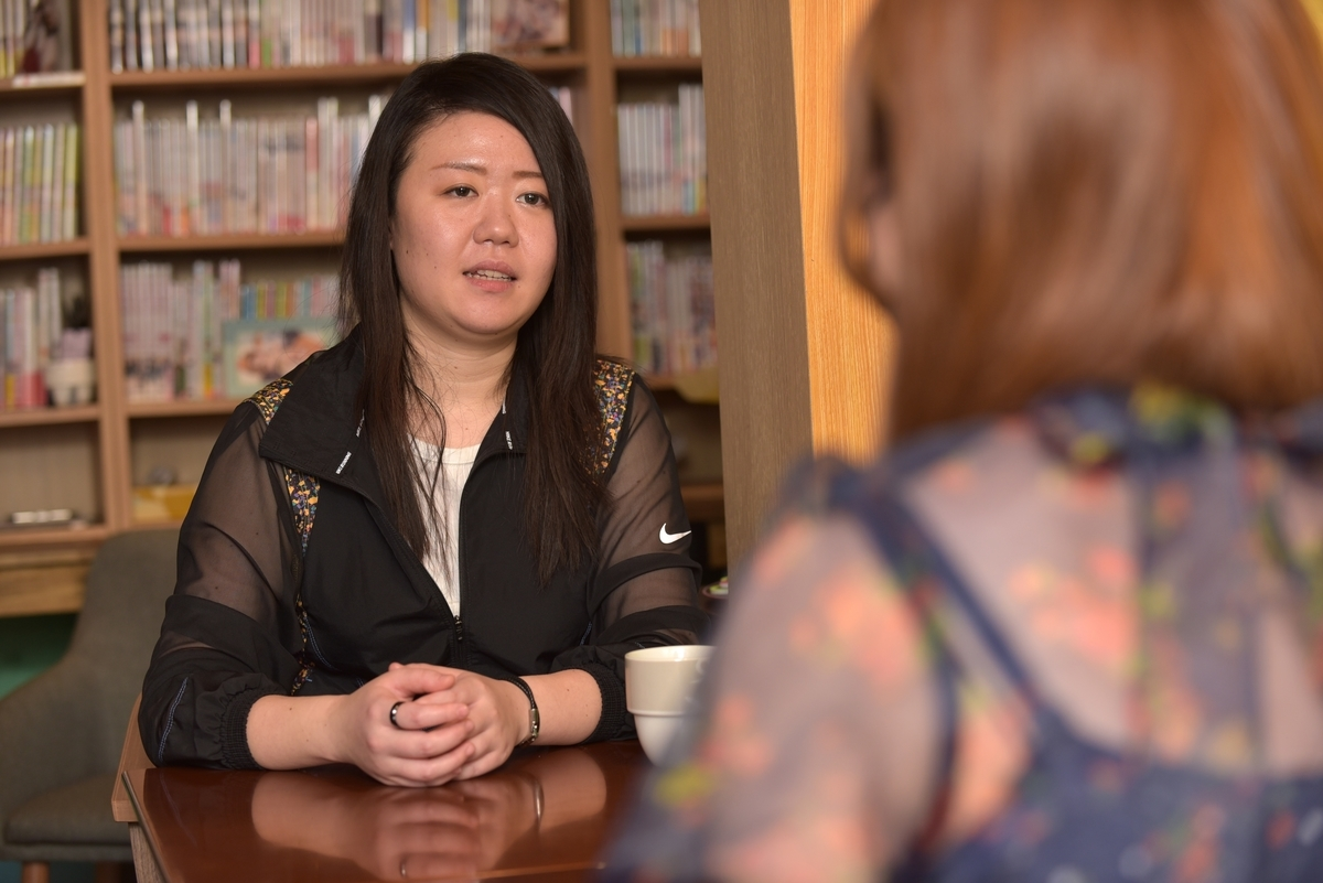 平尾アウリ先生のお話に熱心に耳を傾ける藤代あゆみ先生