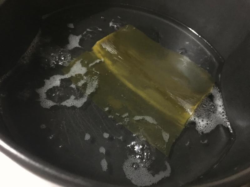 鍋を火にかける.