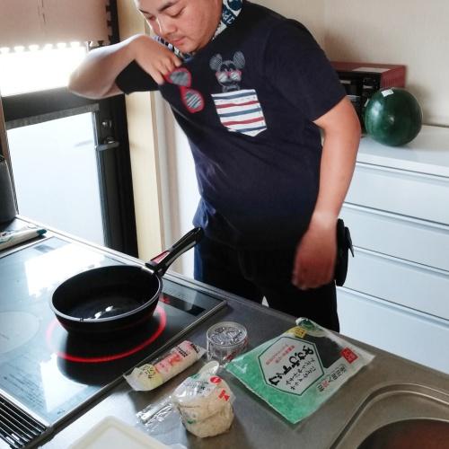 お昼を作る弟