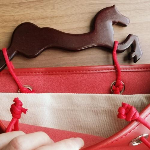 馬の持ち手は紐を使ってカバンと接続してます