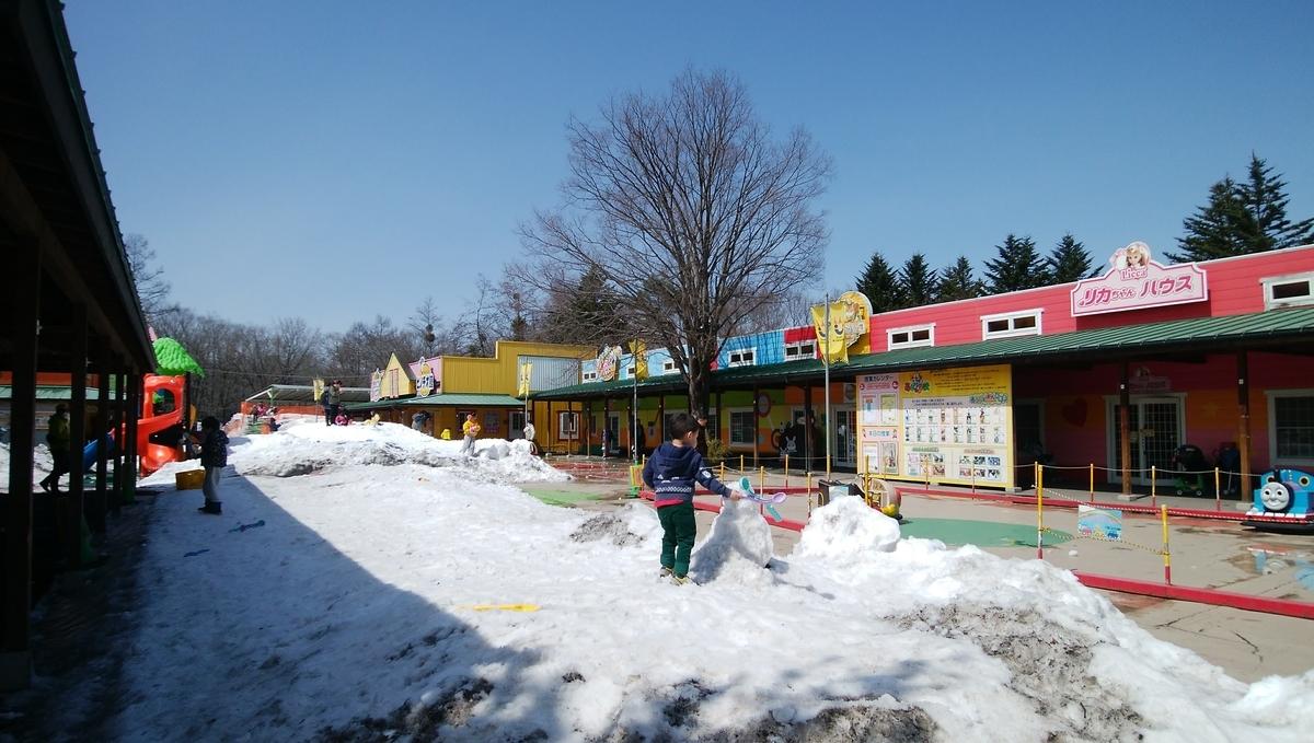 おもちゃ王国の広場にある雪