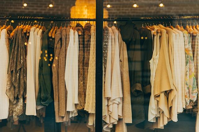 お店に並ぶ服