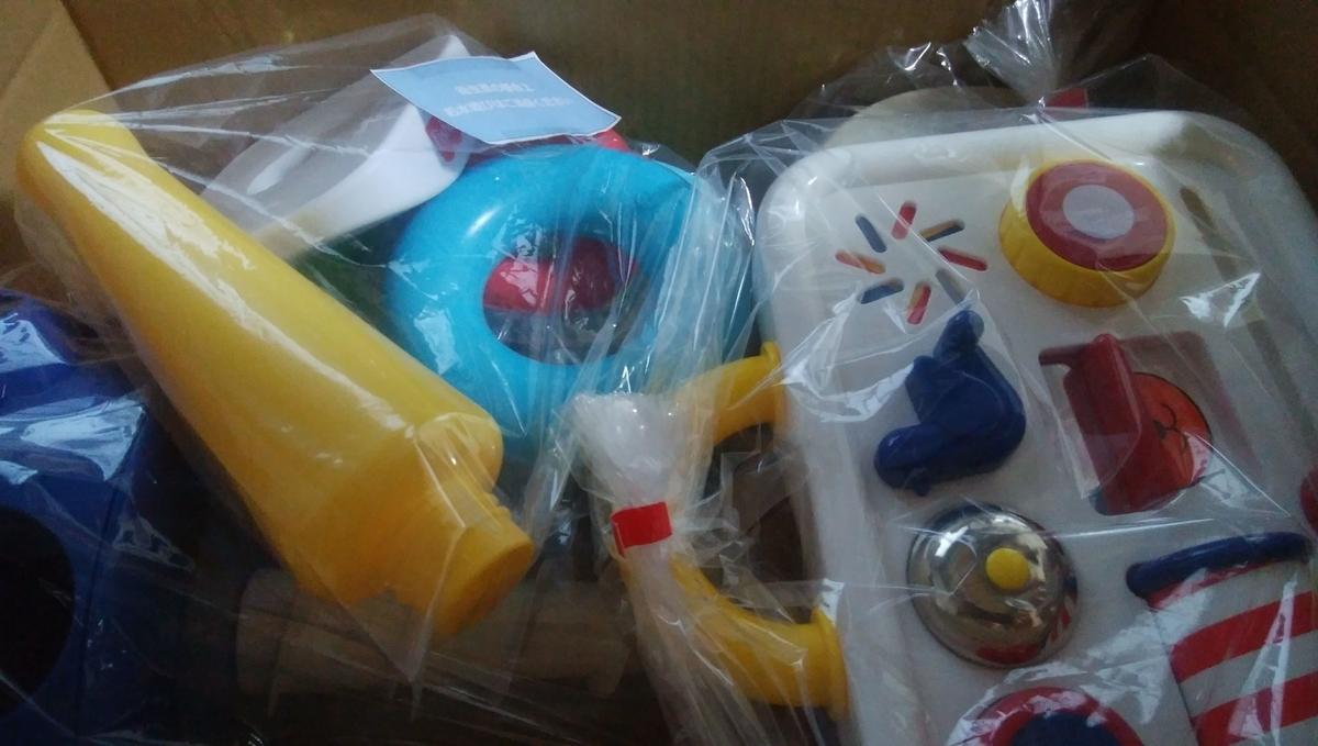 おもちゃの入った段ボール
