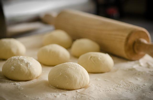 パンの生地と綿棒