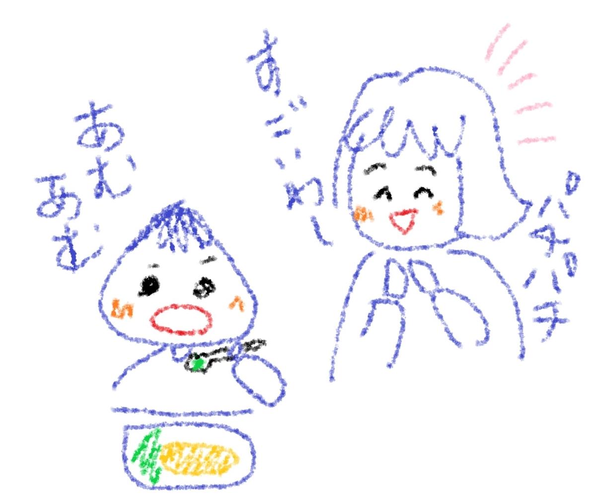 ご飯を食べる男の子と褒める母親