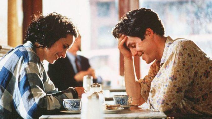 カフェにいるフォー・ウェディングの主人公と恋する相手