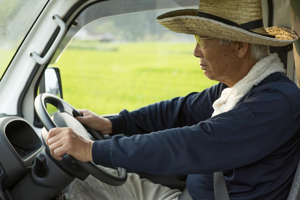 トラックを運転する高齢者