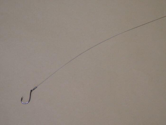 ワイヤーハリスを40cmでカットしハリを取り付けた写真