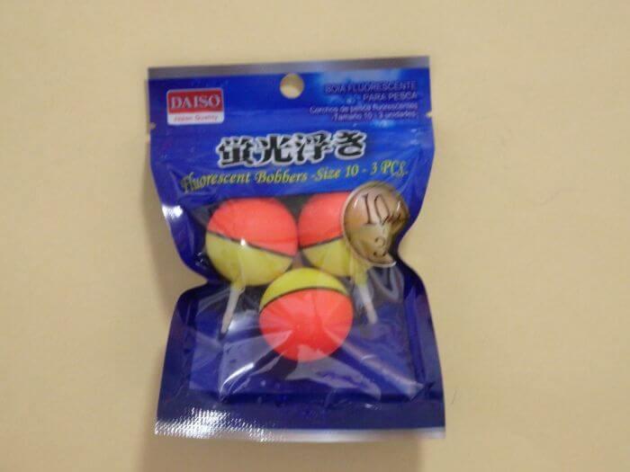 ダイソーで買った100円の玉ウキの写真