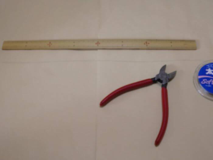 ワイヤーハリスを40cmで切る写真