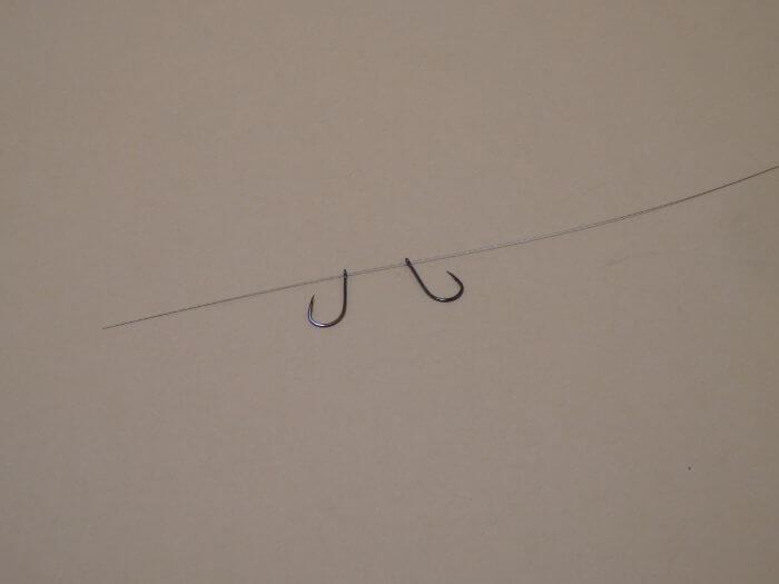 ワイヤーハリスにハリを2本背中合わせで通した写真