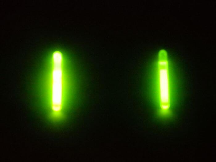 ケミホタルとケミカルライトの明るさを比べるために横に並べた写真